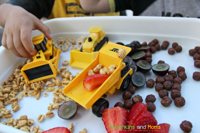 Bulldozers, dump trucks, and breakfast, oh my! What a fun construction zone snack for toddlers and preschoolers!